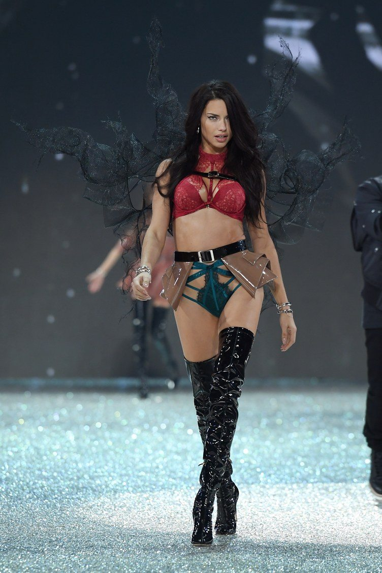 adriana_lima_victorias_secret_fashion_show_2016